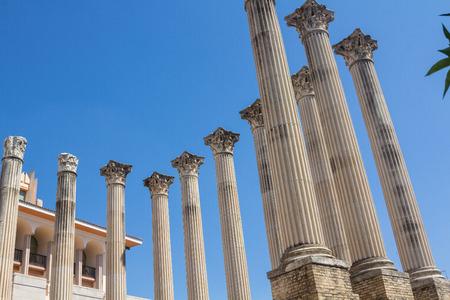 columnas romanas: Columnas romanas del siglo II antes de Cristo en Córdoba, España Foto de archivo