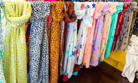 sciarpe: Foulards di molti colori e modelli Archivio Fotografico