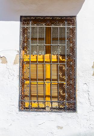 rejas de hierro: ventana de la casa decorada con barras de hierro