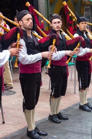 gaita: OVIEDO, España 25 de de agosto de, 2015: Grupo de gaiteros para desfilar por las calles para atraer el turismo en Oviedo, España