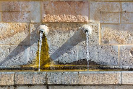 tuberias de agua: antiguas tuber�as de agua de la fuente de agua Foto de archivo