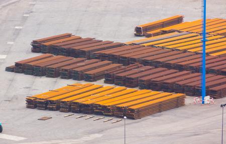 rejas de hierro: Barras de hierro apiladas para el transporte