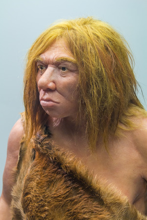 De Neanderthaler met bont kostuum man Stockfoto