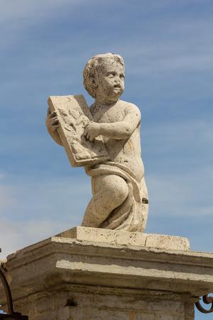 Poco Angelo statua in cattedrale di León, Spagna