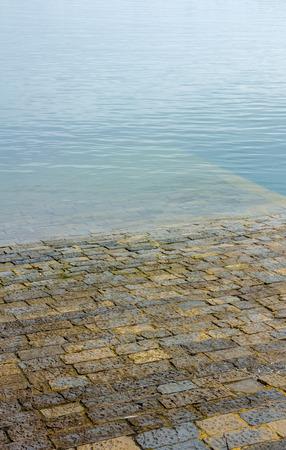 Suelo pavimentar entre el puerto marítimo de Gijón, España Foto de archivo - 60660212