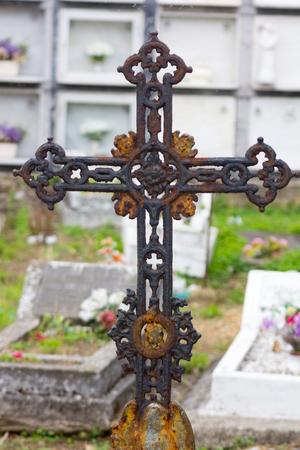 memorial cross: cruz de hierro viejo en una tumba