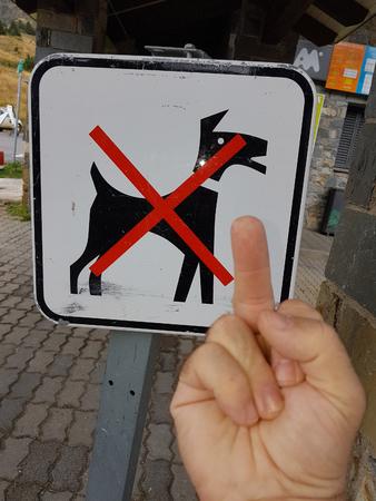 Les chiens interdits signent avec une main simulée Banque d'images - 79504420