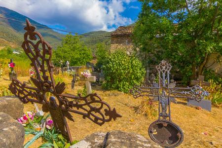Alter verlassene Friedhof mit schmiedeeisernen Kreuzen