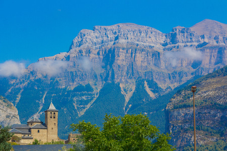 Aldea de Torla Ordesa, con Monte Perdido atrás en Huesca, España Foto de archivo - 91291987