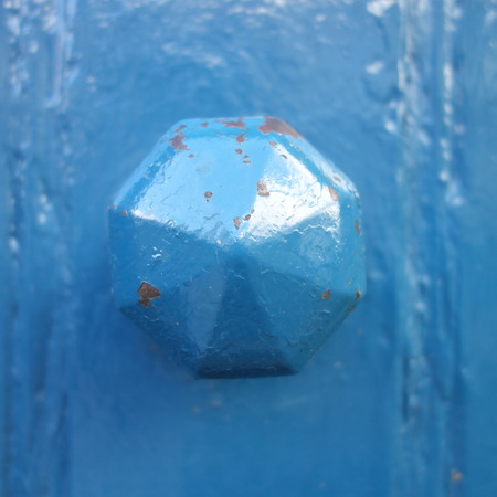 octogonal: Azul Octagonal de puerta del bot�n Foto de archivo