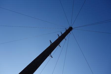 telegraaf: Draden uitlopen van Telegraph Pole