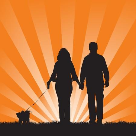 pareja caminando en la puesta de sol