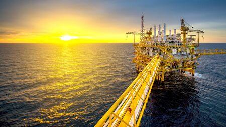 Offshore olie- en gasplatform met prachtige lucht in de Golf van Thailand.