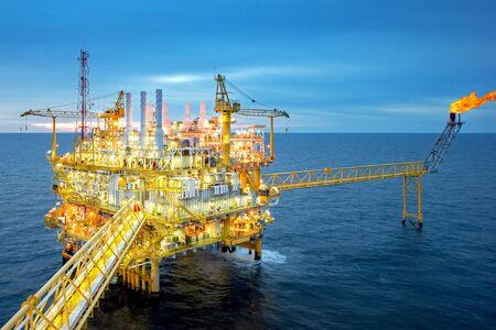 Offshore-Öl- und Gasplattform mit schönem Himmel im Golf von Thailand.