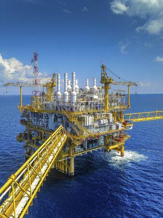 Piattaforma offshore di piattaforme petrolifere e di gas con un bel cielo nel Golfo di Thailandia.