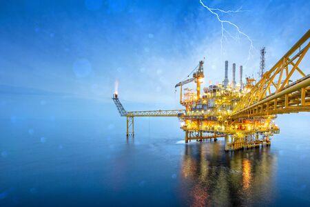 Las plataformas de petróleo y gas en alta mar están en proceso de liberar gas a la plataforma de llama para reducir la presión en el proceso de producción y reenviar la refinería convertida. Para la industria petrolera