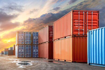 Stos pojemników ze statku towarowego do importu-eksportu w porcie i koncepcji przemysłowej transportu.