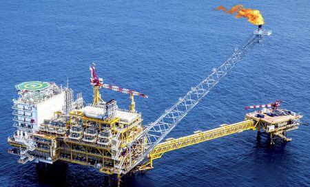 Plataforma de perforación industrial costa afuera de petróleo y de la plataforma de la vista aérea en el golfo. Foto de archivo