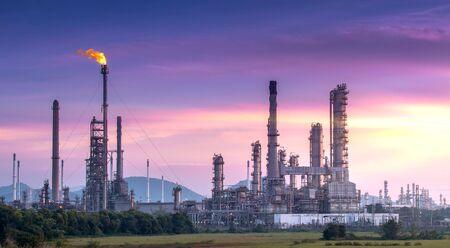 Panorama Weitwinkel Großes Industriegebiet der Öl- und Gasraffinerie bei Twilight.