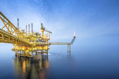 Plataforma de plataforma de petróleo y gas costa afuera con hermoso cielo en el golfo de Tailandia. Foto de archivo