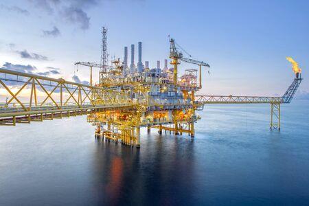 Plataforma de plataforma de petróleo y gas costa afuera con hermoso cielo en el golfo de Tailandia.