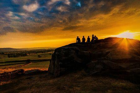 People watching a beautiful sunset. Almscliffe Crag. Yorkshire Banco de Imagens