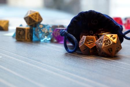 Een set van polyhedrale dobbelstenen gebruikt voor rolspelen zoals Dungeons & Dragons, worden de dobbelstenen gebruikt om te bepalen hoe succesvol een speler in hun acties in het spel is. De twintigzijdige dobbelstenen is de meest voorkomende dief in deze tafelbladspellen Stockfoto