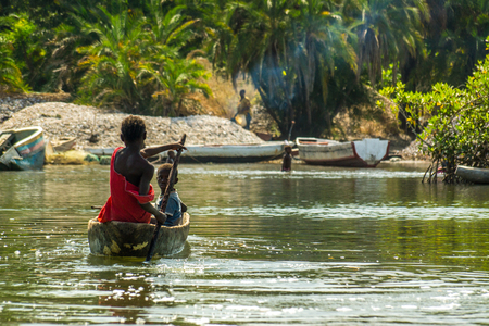 Afrikaanse kinderen oefenen kanovaren in de rivier Gambia bij het Makasutu-bos in Gambia, West-Afrika Stockfoto - 94807795