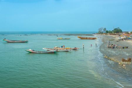 서부 아프리카의 감비아에있는 바라의 해안선에 보트 스톡 콘텐츠