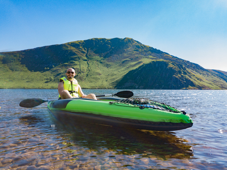 Kayakers on Ennerdale Water located in the Lake District, Cumbria, UK Banco de Imagens