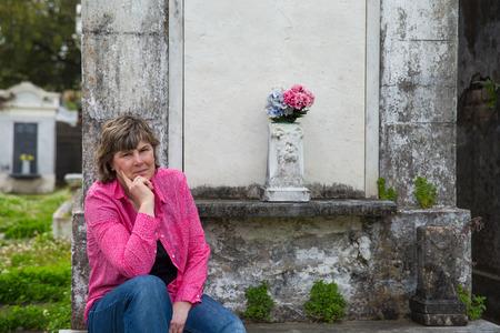必要な場合は地下室にニユー ・ オーリンズの歴史的な墓地の女性カメラ コピーを見てみる宇宙します。