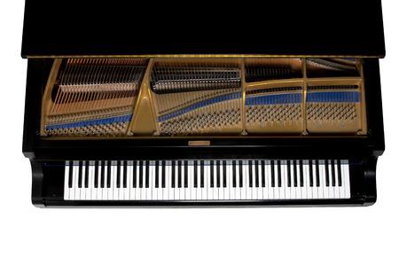 Piano de cola. Close up mostrando llaves, arpa, y martillos. Visto desde arriba. Aislado en blanco.