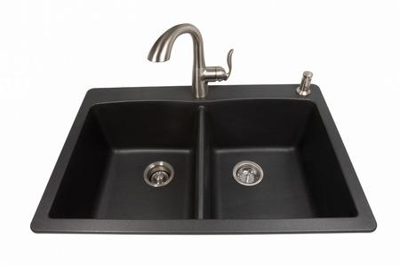grifos: Fregadero de la cocina moderna hecha de granito sintético negro con el grifo de acero inoxidable cepillado y dispensador de jabón. Aislado en un fondo blanco. Visto desde el frente. De vida y de diseño contemporáneo. Foto de archivo