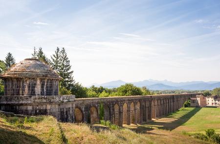 トスカーナ、ノットリーニ水道橋のリード国ヴィラ過去と遠くの山の方に古代の水槽。 必要な場合は、空のスペースをコピーします。 概念は、旅行