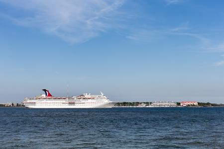éxtasis: Charleston, Carolina del Sur - 29 de marzo de 2017: Crucero saliendo histórico de Charleston, Carolina del Sur. El carnaval Ecstasy recibió una renovación importante en 2017. El barco navega a las Bahamas, las Bermudas y el Caribe.