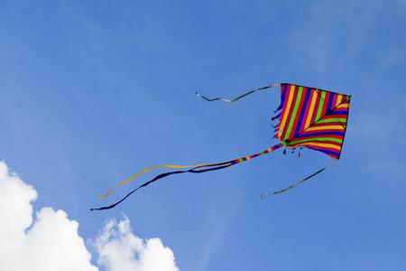 papalote: los colores de la cometa en el cielo de nubes