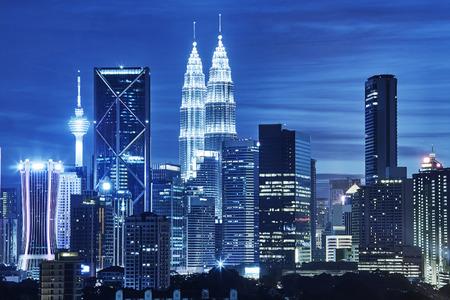 Horizonte de Kuala Lumpur en la noche Editorial