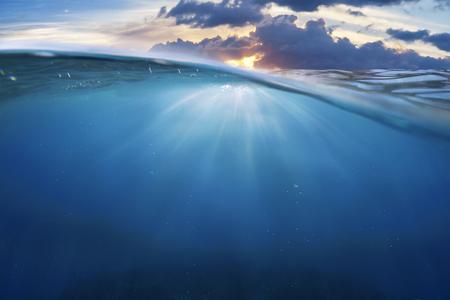 oceaan half water met zonsondergang hemel Stockfoto