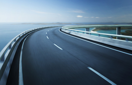 Rodovia viaduto borrão de movimento com fundo horizonte litoral. Imagens