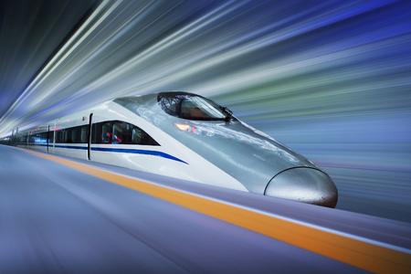 estacion de tren: moderno tren de alta velocidad con el desenfoque de movimiento