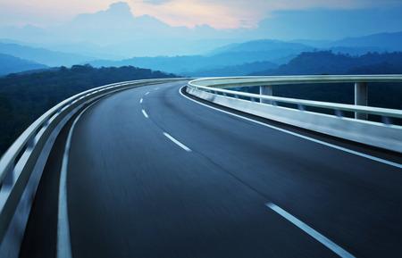 Het viaduct van de motion blur met kust skyline achtergrond.