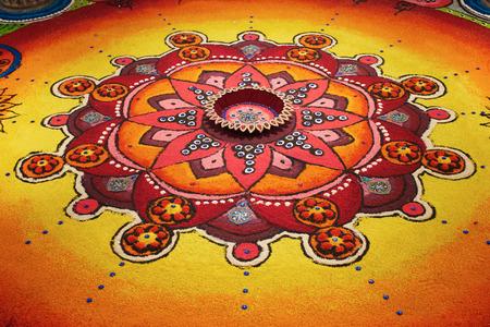 an oil lamp: Deepak con coloridos rangoli Foto de archivo