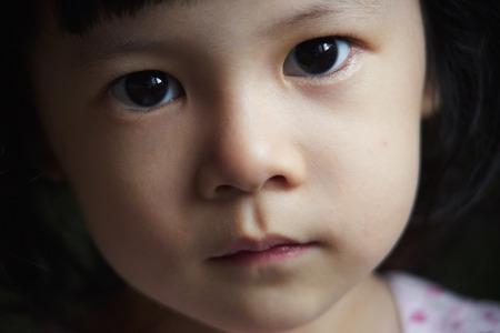 niñas pequeñas: Close up retrato de niña linda Foto de archivo