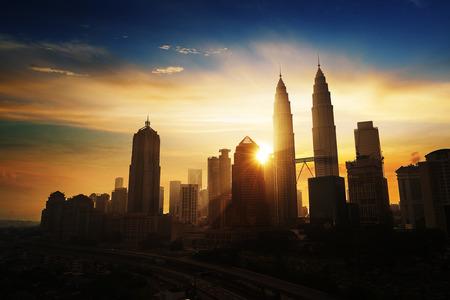Zonsopgang in Kuala Lumpur met het silhouet van de Kuala Lumpur skyline van de stad
