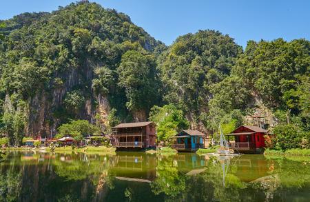 Houten huis aan Ipoh Lake, Perak, Maleisië