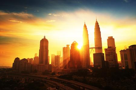 gemelas: Salida del sol en Kuala Lumpur con la silueta de los rascacielos de la ciudad de Kuala Lumpur Foto de archivo