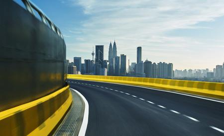 Het viaduct van de motion blur met de stad achtergrond.