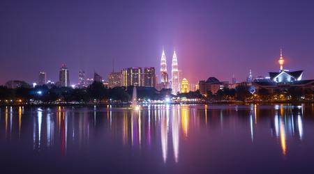 Nacht uitzicht van Kuala Lumpur stad met prachtige weerspiegeling in het water