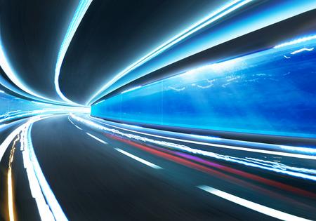 tunel: carretera de movimiento de velocidad borrosa resumen en submarino túnel de cristal