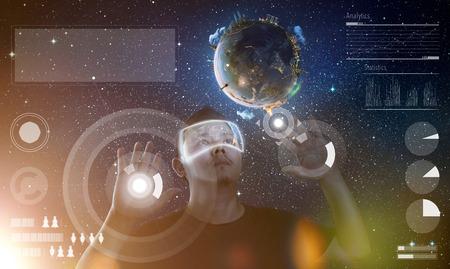 Man met futuristische virtual reality bril. Stockfoto